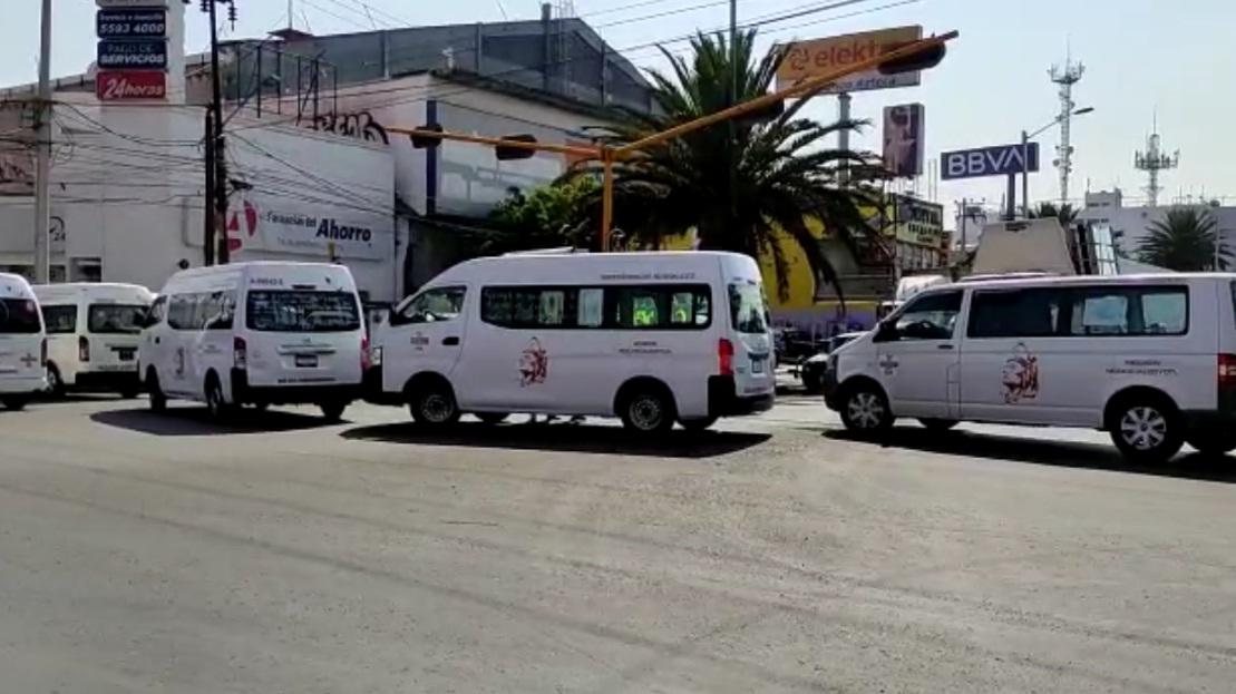 OPERADORES DE TRANSPORTE PÚBLICO PROTESTAN EN NEZAHUALCÓYOTL POR PRESUNTOS ABUSOS DE GRÚAS Y CORRALONES