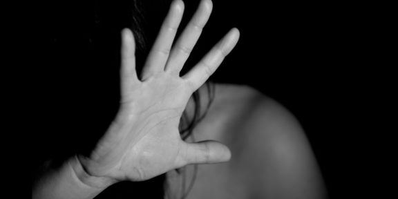 AYUDAN A VÍCTIMA DE VIOLENCIA DE GÉNERO Y DETIENEN A PROBABLE AGRESOR