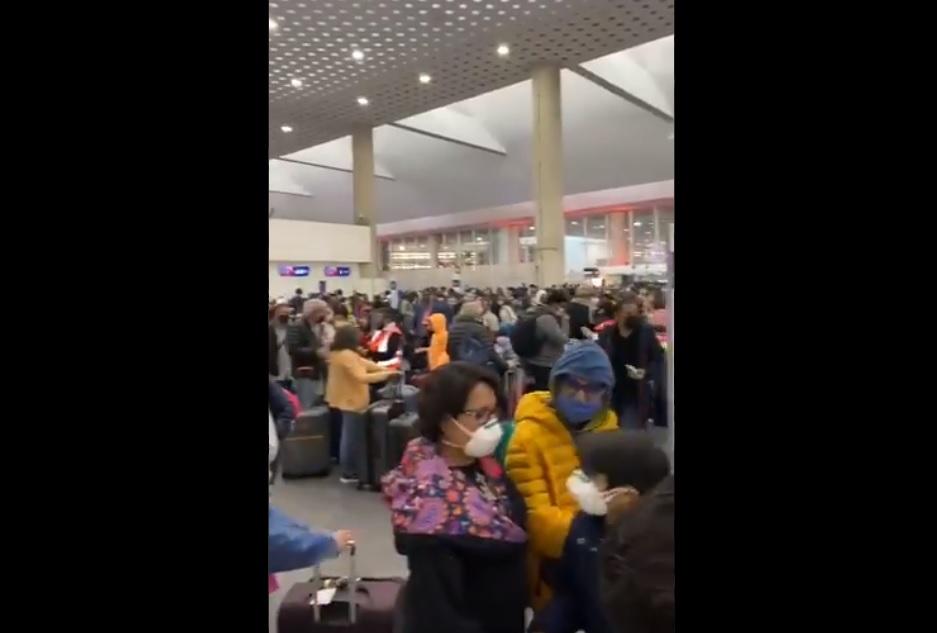 VIDEO: SE REGISTRAN AGLOMERACIONES EN EL AEROPUERTO DE LA CDMX
