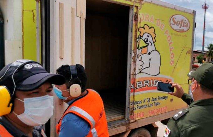 BOLIVIA ENFRÍA VACUNAS CONTRA COVID-19 EN CAMIÓN DE POLLOS