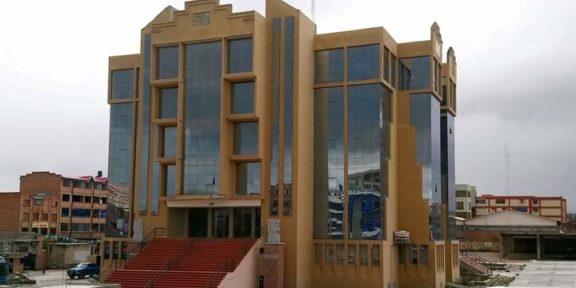 ESTUDIANTES SUFREN ACCIDENTE Y CAEN DESDE UN CUARTO PISO EN BOLIVIA