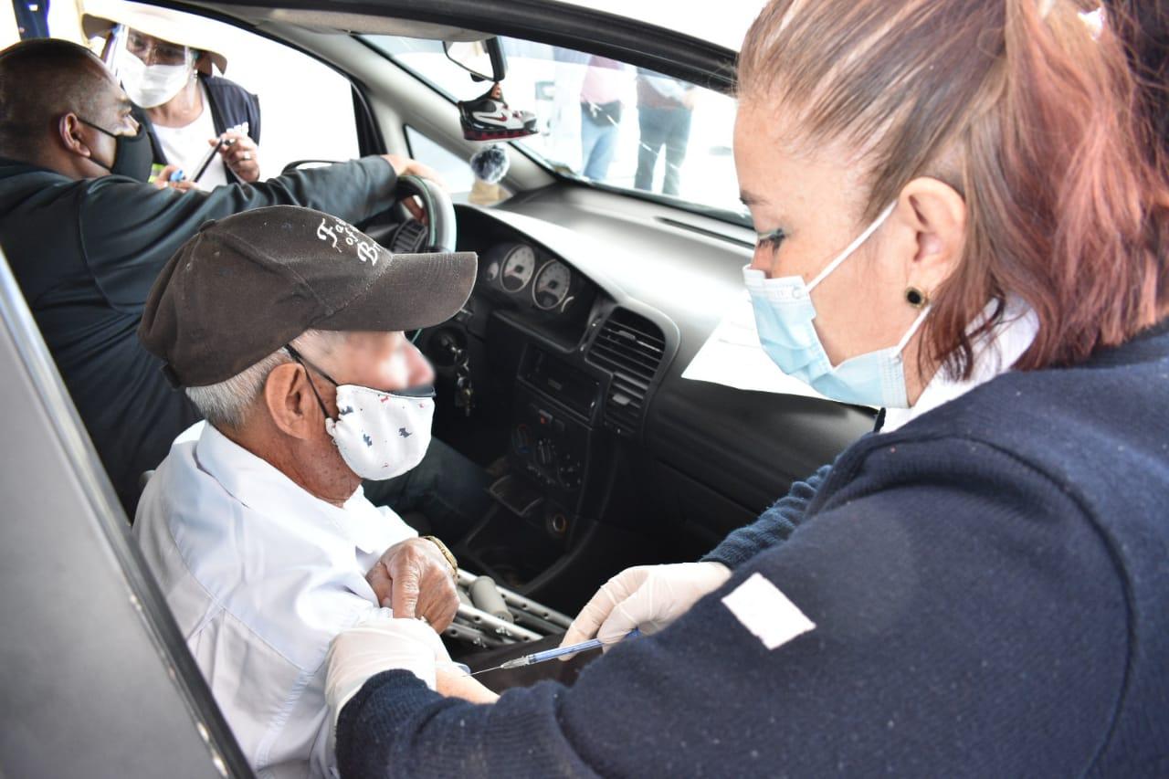 DESDE LOS AUTOS, REALIZAN VACUNACIÓN PARA ADULTOS MAYORES EN TOLUCA