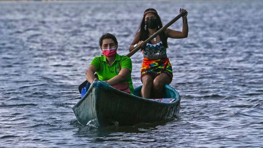 MAESTRA VIAJA EN CANOA PARA DAR CLASES A NIÑOS INDÍGENAS