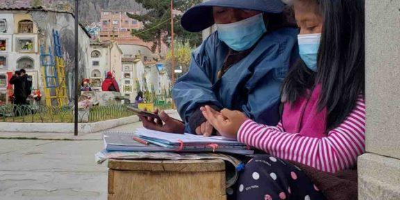 NIÑA TOMA CLASES EN UN PANTEÓN DE BOLIVIA