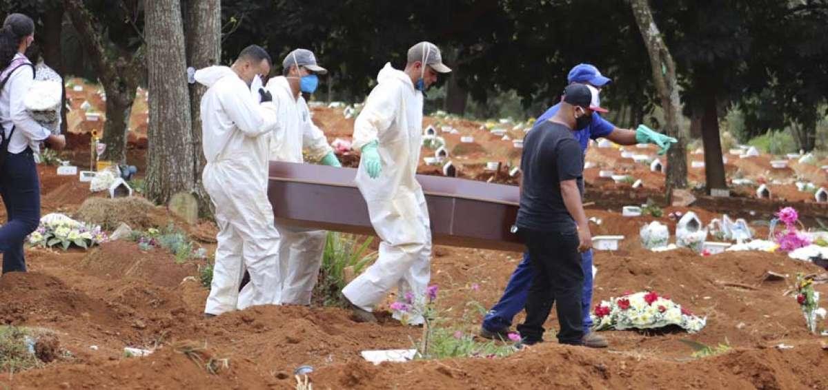 POR COLAPSO DE CEMENTERIOS, EXHUMAN CUERPOS EN BRASIL