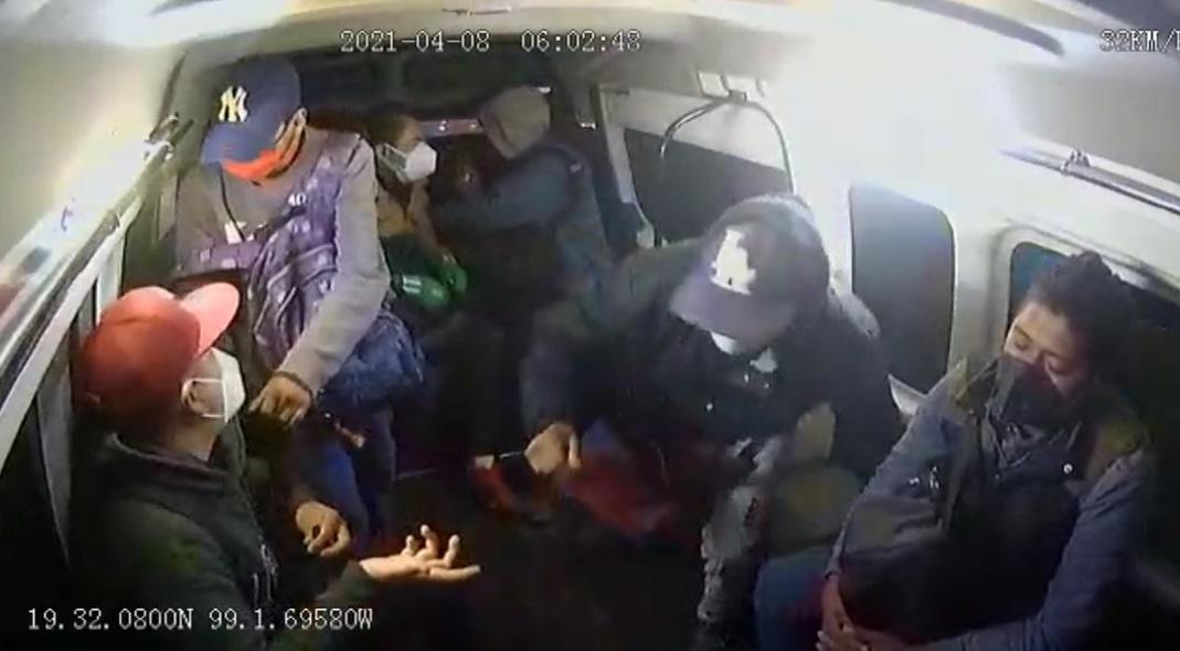 VIDEO: ASALTAN A PASAJEROS DE UNA 'COMBI' EN ECATEPEC