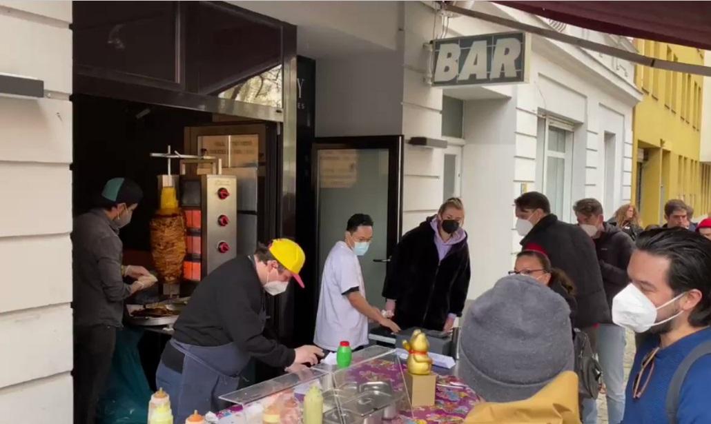 VIDEO: EN ALEMANIA UN PUESTO DE TACOS AL PASTOR CAUSA LARGA FILA