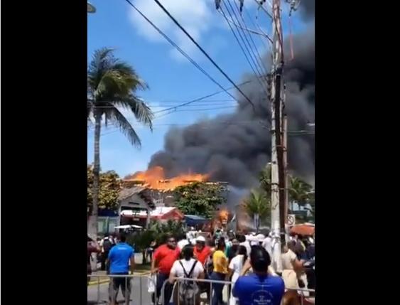 VIDEO: INCENDIO CONSUME VARIOS LOCALES EN ISLAS MUJERES