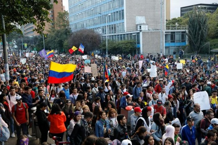 DECENAS DE HERIDOS POR PROTESTAS EN COLOMBIA QUE YA CUMPLEN UN MES
