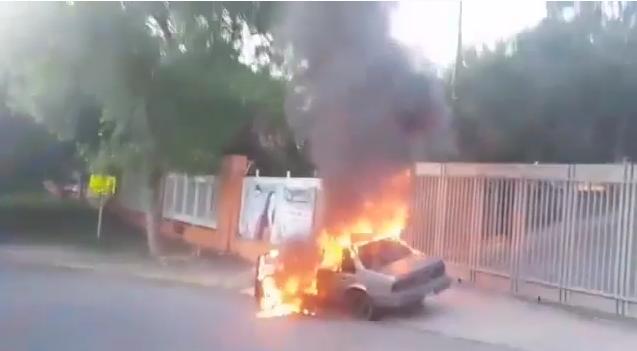 VIDEO: INCENDIAN EN NUEVO LEÓN AUTO AFUERA DE CASILLAS PARA VOTAR