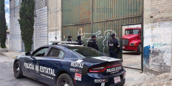 POLICÍAS ESTATALES RESGUARDAN PREDIO DONDE LOCALIZARON TRACTOCAMIÓN ROBADO
