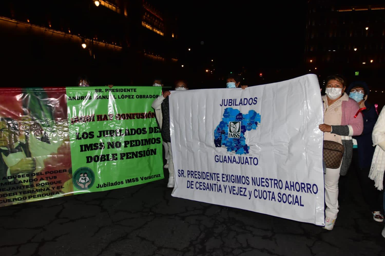 JUBILADOS Y PENSIONADOS DEL IMSS SE MANIFIESTAN EN PALACIO NACIONAL