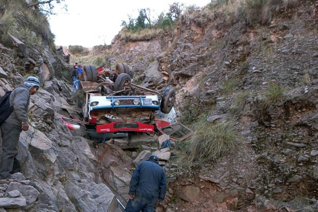 AUTOBÚS CAE A UN BARRANCO EN BOLIVIA, FALLECEN 34 PERSONAS
