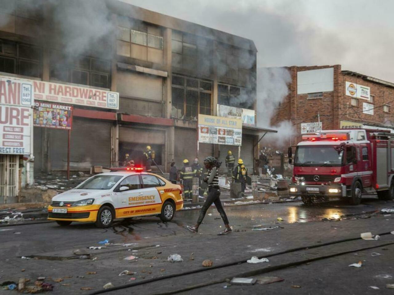VIOLENCIA Y SAQUEOS DEJAN MÁS DE 70 MUERTOS EN SUDÁFRICA