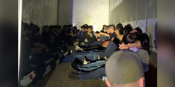 POLICÍA DE GUATEMALA RESCATA A 145 MIGRANTES, VIAJABAN EN UN CONTENEDOR