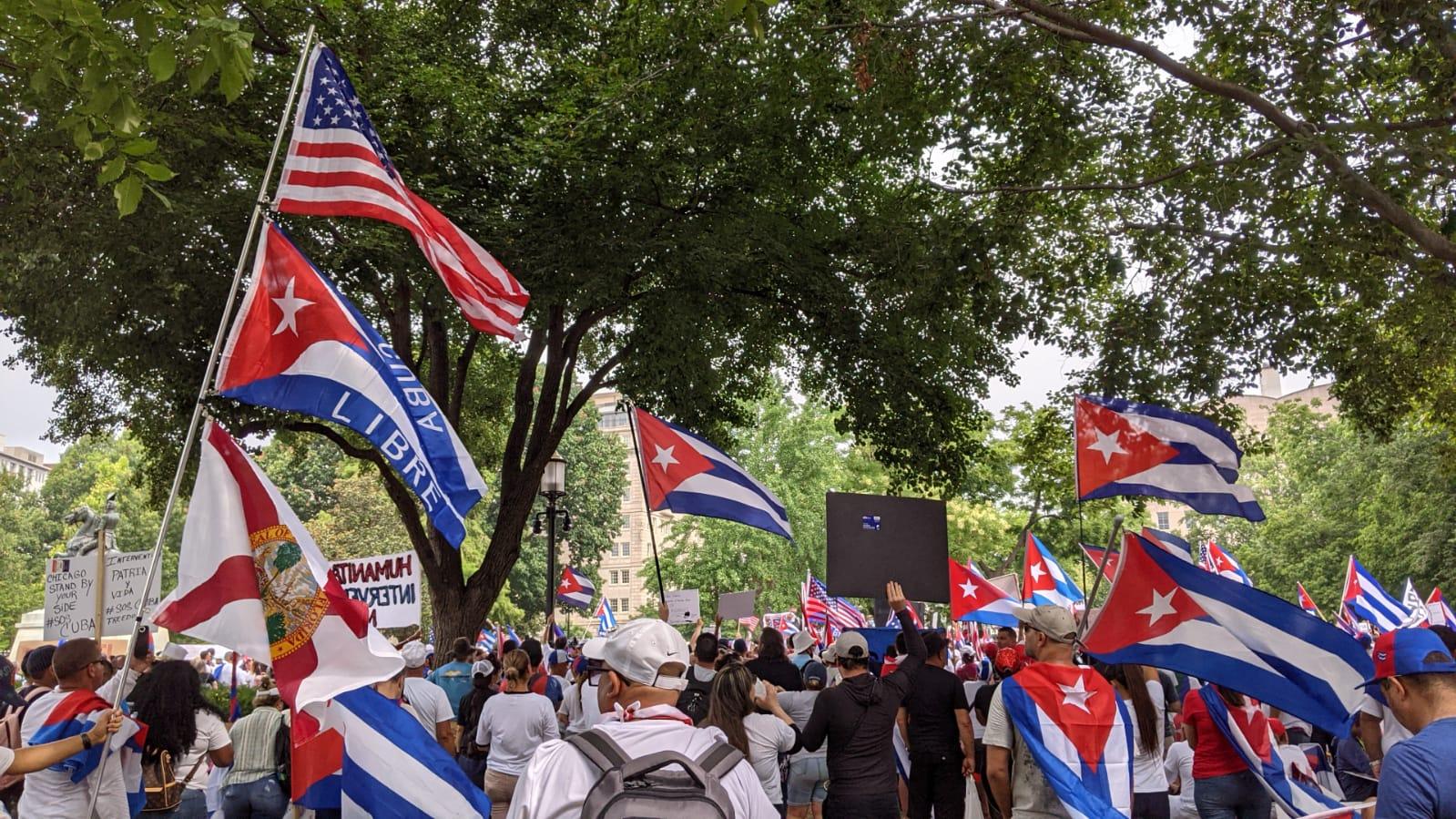 """MANIFESTANTES LANZAN UN """"SOS"""" POR CUBA EN EEUU"""