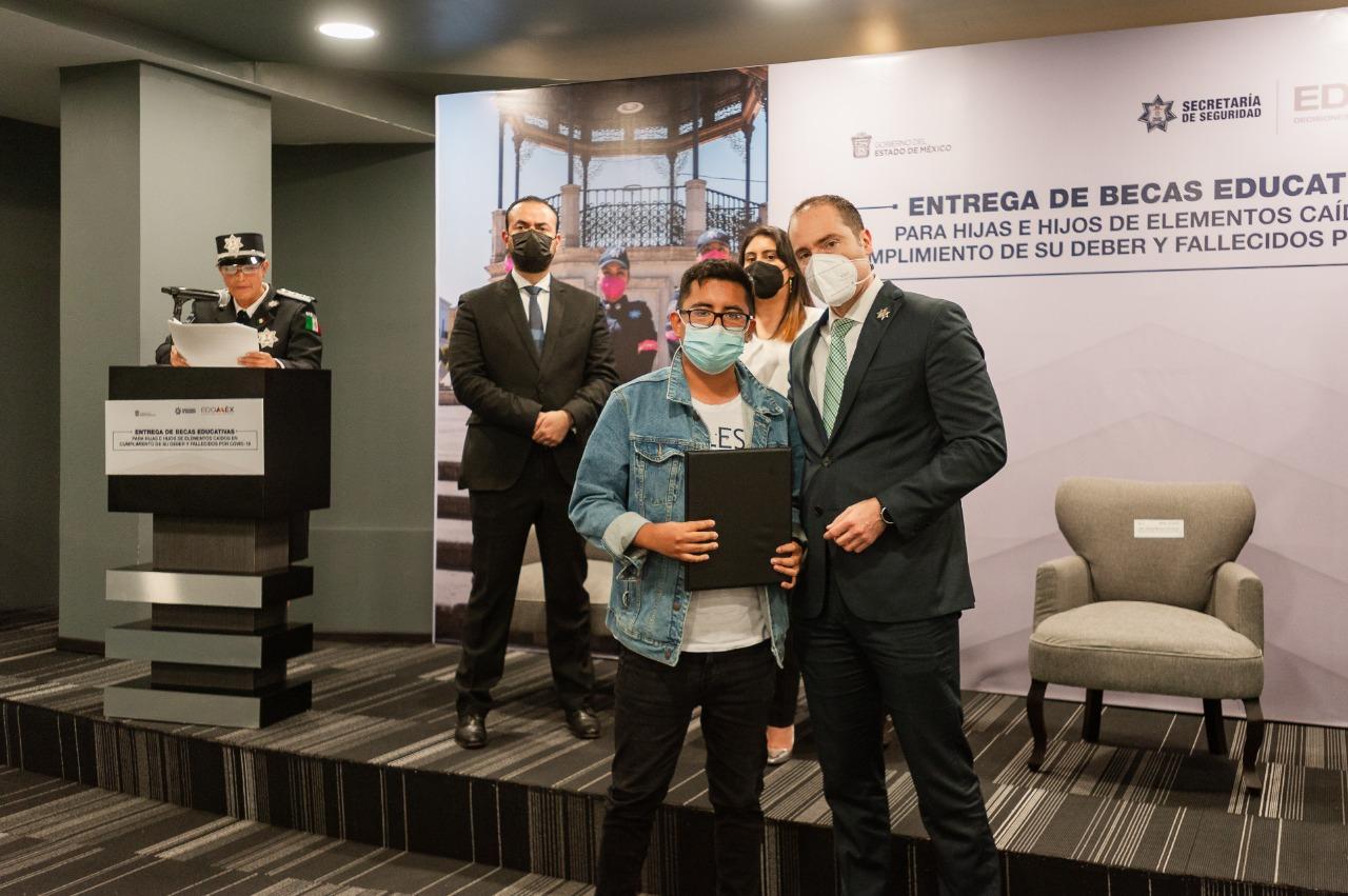 BRINDAN BECAS ESCOLARES A HIJOS DE POLICÍAS CAÍDOS EN CUMPLIMIENTO DE SU DEBER