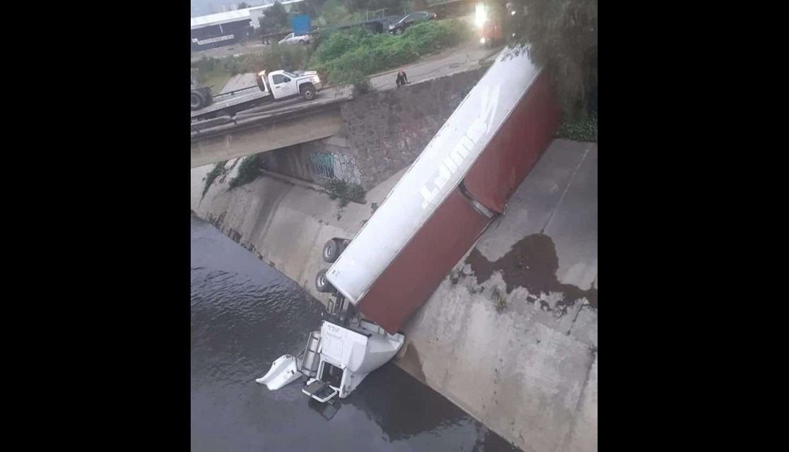 TRÁILER CAE A CANAL DE AGUAS NEGRAS EN CUAUTITLÁN IZCALLI