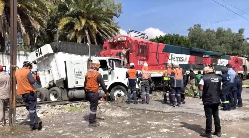 NEZAHUALCÓYOTL: TRÁILER INTENTÓ GANAR EL PASO A UN TREN Y PROVOCA ACCIDENTE