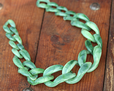"Moss Acrylic 22"" Graduated Curb Chain 37x25-64x43mm"