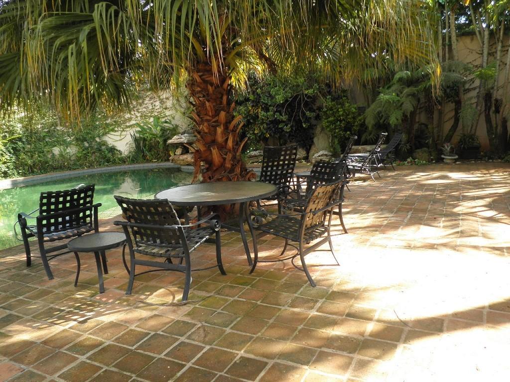 Área externa ao lado da piscina