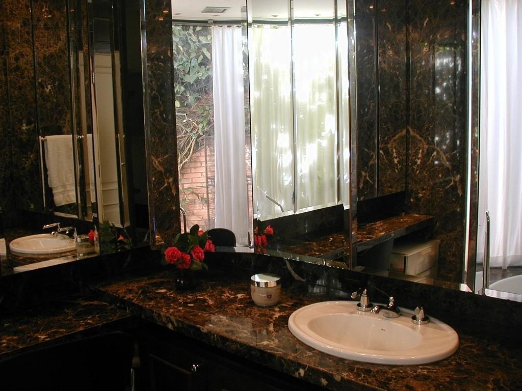 Banheiro com acabamento em mármore
