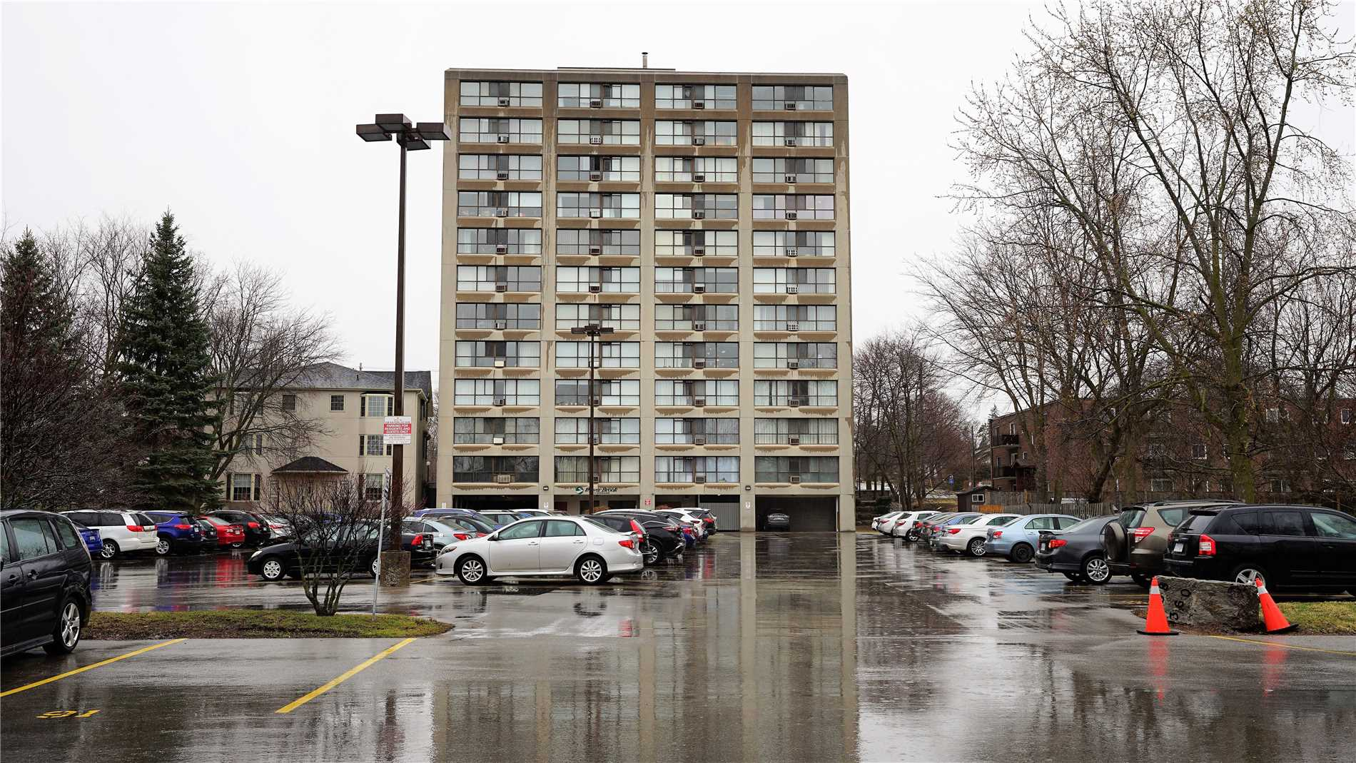 This Apartment Style Condo Is Located  On A Quite St. Minutes Away From Guelph ,Vibrant Downtown, Minute Away From Highway 6 And Short Drive To Hwy 401. Enjoy The River Trail & Howitt Park. You Will Enjoy New Modern Style Kitchen With New Appliances In The Kitchen, Ensuite Laundry.Perfect For First Time Home Buyer, Investor And Those Looking To Down-Size.