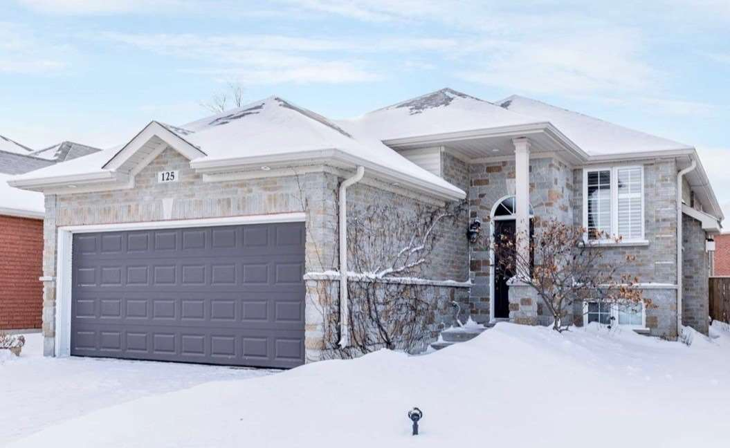 Beautiful, Immaculately Kept! Open Concept, This Lower Unit Is Move In Ready! Desirable South End Location, Close To Go Train & Barrie's Beautiful Waterfront District, 2 Large Bdrms With Closet Organizers, 4 Pc Bathroom, Gas Fireplace In The Bright And Cozy Family Room, Laundry Ensuite With W/D!