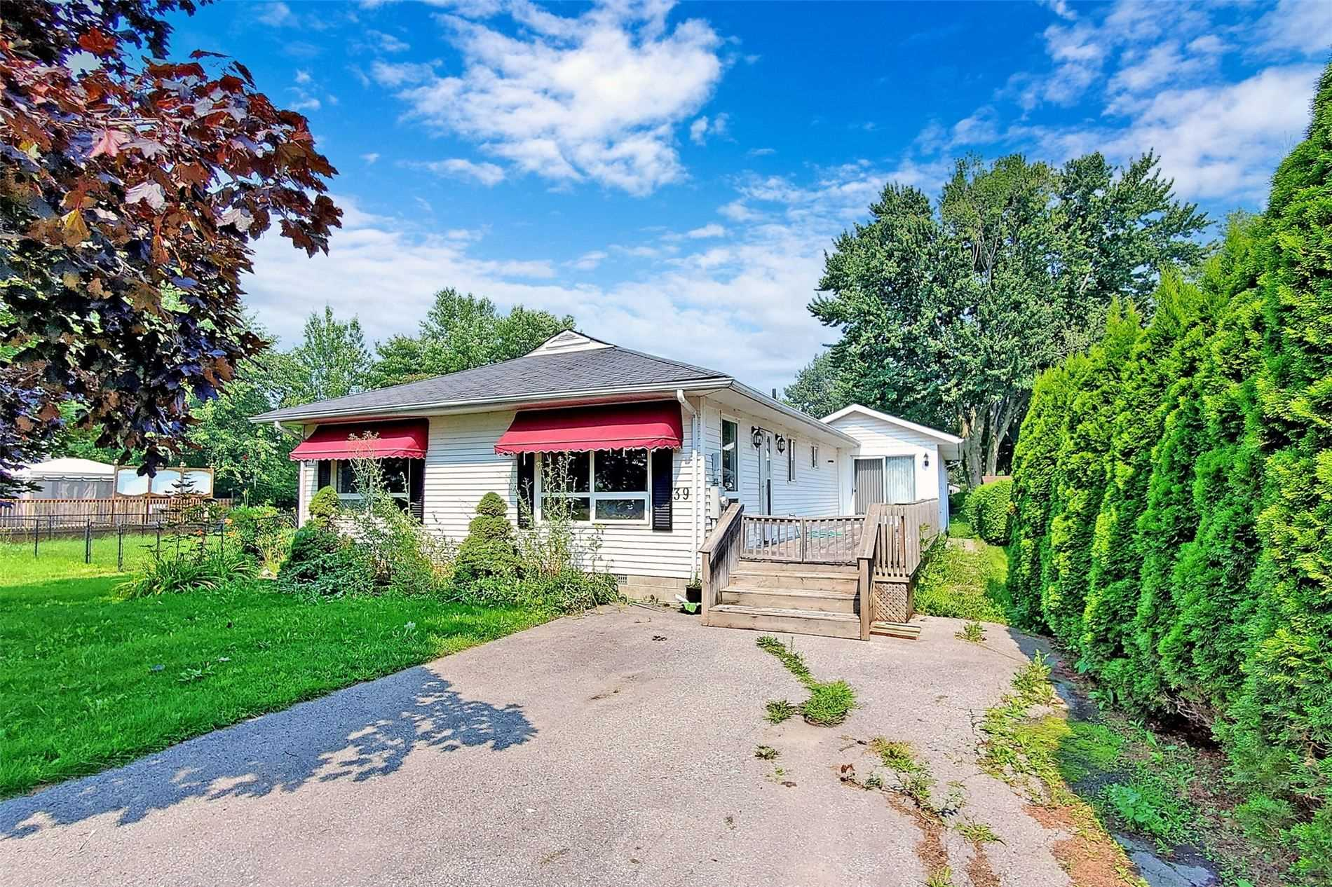 Located In Lagoon City. An Active Community Centre With Restaurant, Marina, Boating, Fishing, And Swimming. Spacious 3 Bedroom Cottage With Two Seperate Units.Great For Guests, Rent, Or Large Families. Walk Across The Street For Deeded Access To Sandy Beach In Lake Simcoe.