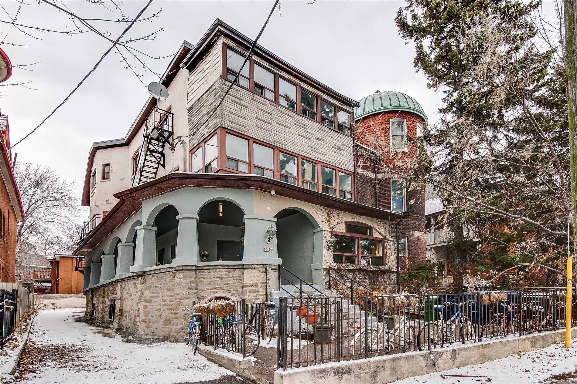 Spacious And Bright 2 Bedroom Unit + Den; Den Can Be Utilized As Third Bedroom. Recently Updated; Finished Floors And Freshly Painted Throughout; Well Maintained. Ttc At Your Front Door! Steps To Queen St. W & Roncesvalles. Character Building With Views Of The Lake. Do Not Miss Out!