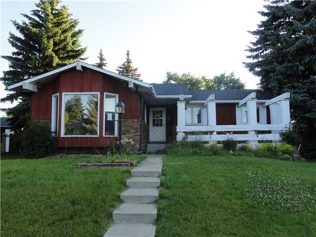 Located in a quite cul-de-sac, this large Bungalow has TONS of Potential and is priced RIGHT! Call your favorite Realtor quickly to view this home!