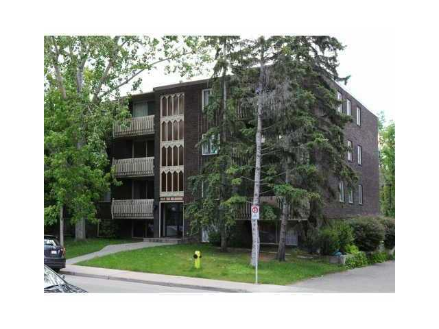 """The Vendor will not accept any offers to purchase from any individual that is an employee of the Toronto-Dominion Bank or any of its subsidiaries or affiliated corporations"" VACANT SOUTH EXPOSURE LARGE WINDOWS. SOME UPGRADES. LAUNDRY ON SAME FLOOR. SOME TLC REQUIRED. TERRIFIC OPPORTUNITY TO ENTER THE MARKET WITH VERY LITTLE DOWN! This unit is below grade level."