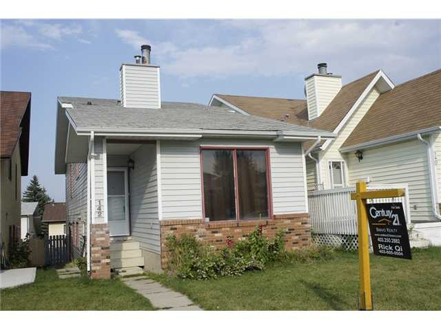 Excellent starter home or investment property.  This cozy renovated single family home features 2+1 bedrooms, 2 full bathrooms, spacious kitchen and dining area, vaulted ceiling in the main floor living room, third level walk out, with bedroom and bathroom.  It is close to playground, walking distance to bus, shopping, and school.  ** 142 Sandstone Drive NW **