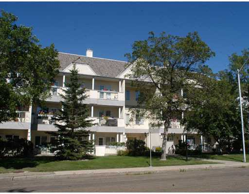Lovely 1495 sq. ft. , 2 bedroom, 2 bathroom unit in Belgravia. Very generous rooms. Fireplace. Ample light from the many windows. Private 10x30 patio. Gorgeous sought after building overlooking a nice park. Underground parking 18+ building. Great value!