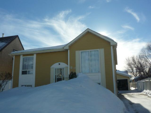 This bi-level is in immaculate shape and all the upgrades have been done and include: shingles, furnace, hot water tank, flooring and paint. 4 bedroom home with 2 above grade and 2 more in the fully developed basement. The south facing backyard is fenced and private with a dbl oversized detached garage. The main floor offers a kitchen that is bright with a window and double patio doors to the raised deck in the backyard, there is a dining area, 2 bedrooms, a living room and a 4 pce. bathroom. The basement offers a family room, 2 more bedrooms, a 2nd 4 pce. bathroom and a laundry room. The sellers have really taken care of their home. It is bright and happy with good bones! Perfect starter home in the quiet family area of Minchau.