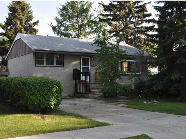 Here is your chance to live in a Cul-De-Sac in prestigious Parkview. Lot value is exceptional but the house is liveable, it is very original and the original owner just moved out months ago. The house is presently a 906 sqft bungalow with 2 bedrooms and a 3 pce. bathroom. The basement is partially developed with a storage area, laundry room and hobby room. Perfect rental or build your dream home. There are not many Cul-De-Sacs in Parkview and this lot is large! Lot dimensions are 52x110x70x111.5...over 6700 sqft. The backyard is south facing and filled with beautiful perennials. The real property report is current and is presently at the city for compliance.