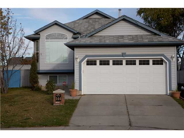 "Excellent layout.... Huge pie-shaped yard.... With 2 + 2 bedrooms and 3 full baths, this amazing 1118 sq ft bi-level is perfect for the growing family or for those looking to downsize. On the main floor, the kitchen is big and bright featuring a corner pantry, maple cabinets, quartz countertops, an eat-in island and plenty of space for a large kitchen table. The huge Master bedroom is sure to impress with its custom built, ""dream"" walk-in closet and 3 piece ensuite, complete with soaker tub. Bedroom #2 is just down the hall with double closets and built-in wall shelves. The lower level offers oversized windows for lots of natural light, 2 more bedrooms with terrific closet space, a 4 pc bathroom and an awesome rec room with a corner gas fireplace. This home has NO CARPETS, comes with Hunter Douglas blinds, has vaulted ceilings and also comes with a convenient storage shed. The yard is private, fully landscaped and fenced. Incredible value."