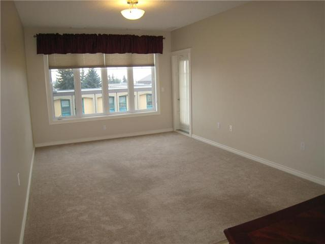 Large open living room, very sunny with great south exsposure ang private balcony entrance