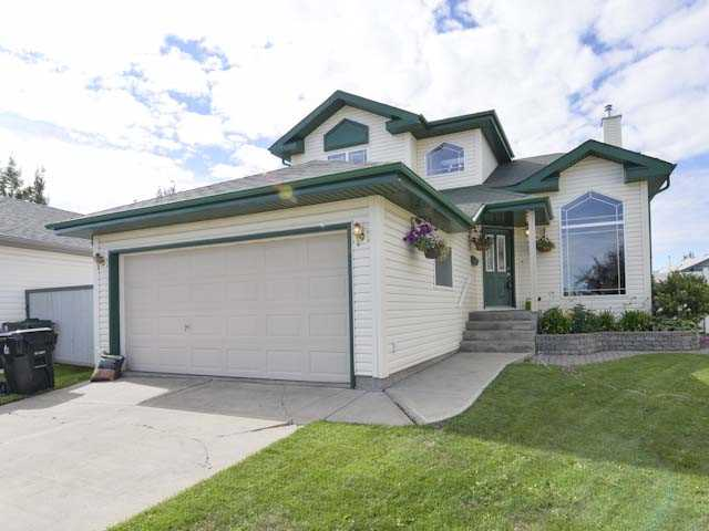 1722 sq ft 1 1/2 storey with very open plan, vaulted ceilings located in a quiet cul-de-sac in Deer Park with an oversized south facing pie shaped lot. Patio doors from the kitchen lead you to a spacious south facing deck. There is a large kitchen with center island, corner pantry, plenty of cabinets and a dining area that is adjacent to the spacious family room with a gas fireplace. Skylight at the entry with a grand great room with large windows just to the right. On the upper level is a spacious master suite retreat which offers a large walk-in closet & a wonderful ensuite with a corner tub & stand up shower, 2 other spacious bedrooms & a 4 piece main bath. There is an option 4th bedroom which is 90% complete in the undeveloped basement. Very well maintained home in a wonderful family neighborhood close to all amenities, 1/2 a block to walking trails, Tri Leisure Centre, schools, shopping, and easy access to both Highway 16 and 16A.