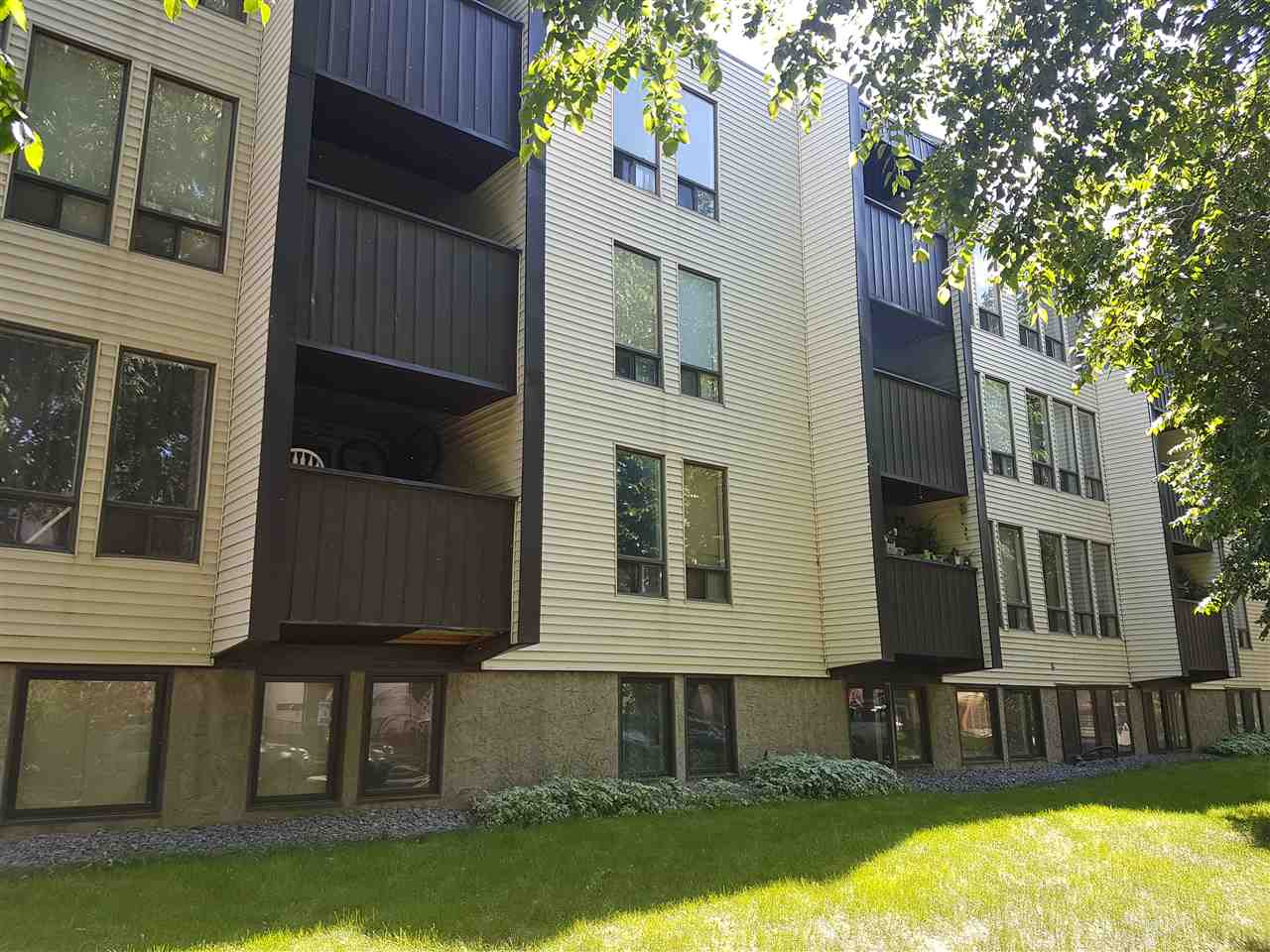 Live Downtown! Great value @ $79,900. This one bedroom 3rd floor unit has 624 sq ft with a updated white kitchen, a 4 piece bath with a soaker tub, a dining area, a large living room and den with built in counter tops. In suite laundry. Plus a covered balcony.