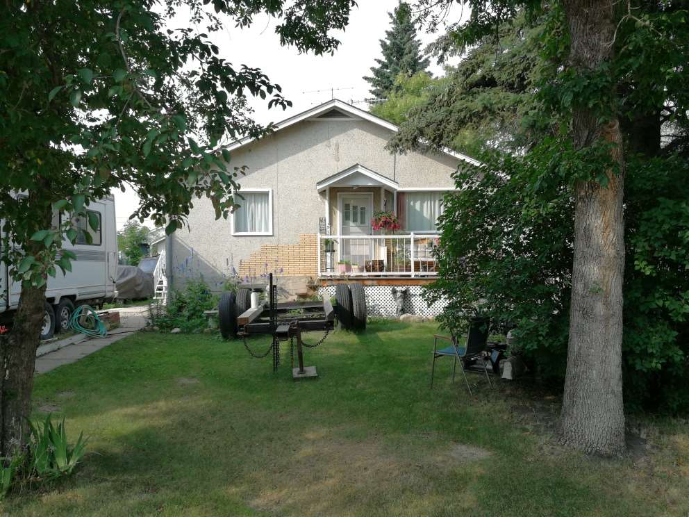 Good little starter home or Investment property in Tofield, 30 minutes east of Edmonton/Sherwood Park and 45 minutes from the Edmonton International Airport (YEG).  3 bedrooms on main.  Large living room.  Single detached garage.  50 ft  x 140 ft lot.  You could upgrade this home for yourself or continue renting to the current tenant who would like to stay.  Situated in older part of town with lots of mature trees.  Welcome home!