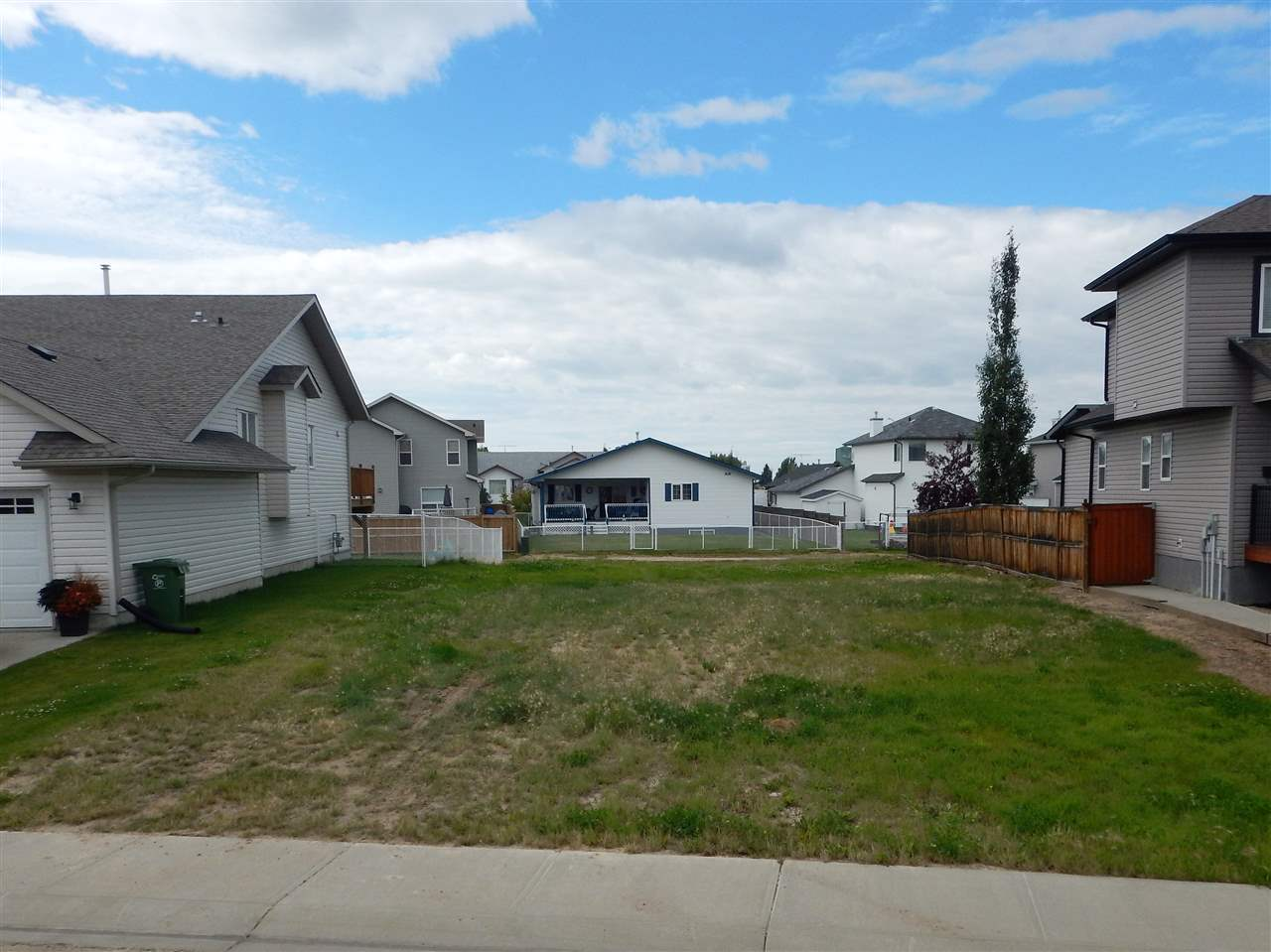 Build your dream home on the best remaining vacant lot in Aspendale. Prime private location in a cul-de-sac and has a no exit back alley.