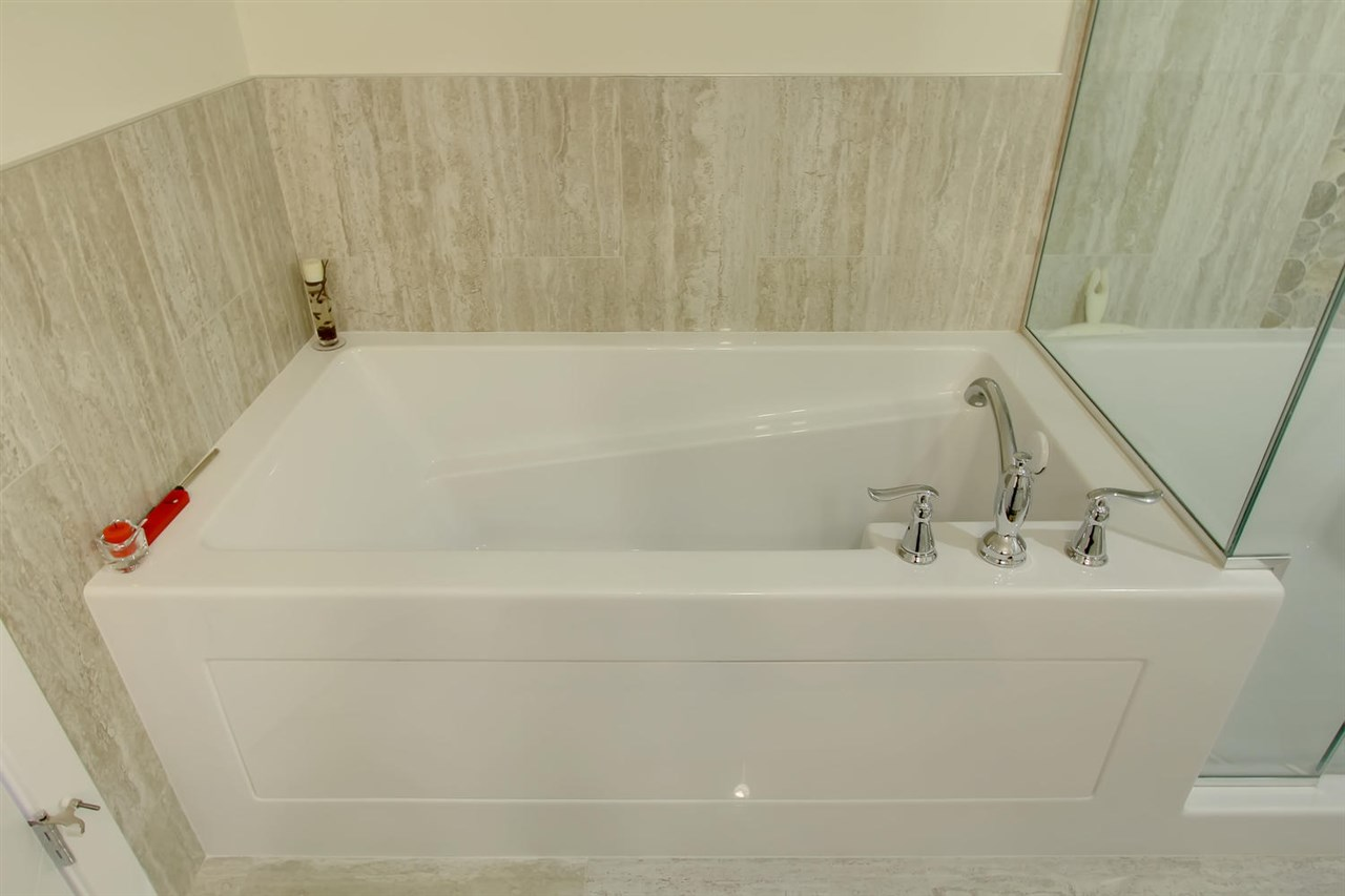 Another view of the soaker tub.