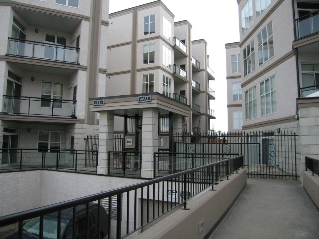 This 2 bedroom, 2 bathroom suite shows mint and comes with 2 separate titled parking stalls in the parkade. Newer top quality laminate flooring just installed and paint freshened up as well. this unit also has the central A/C system in place. Great unit, Great price, ready to move in.