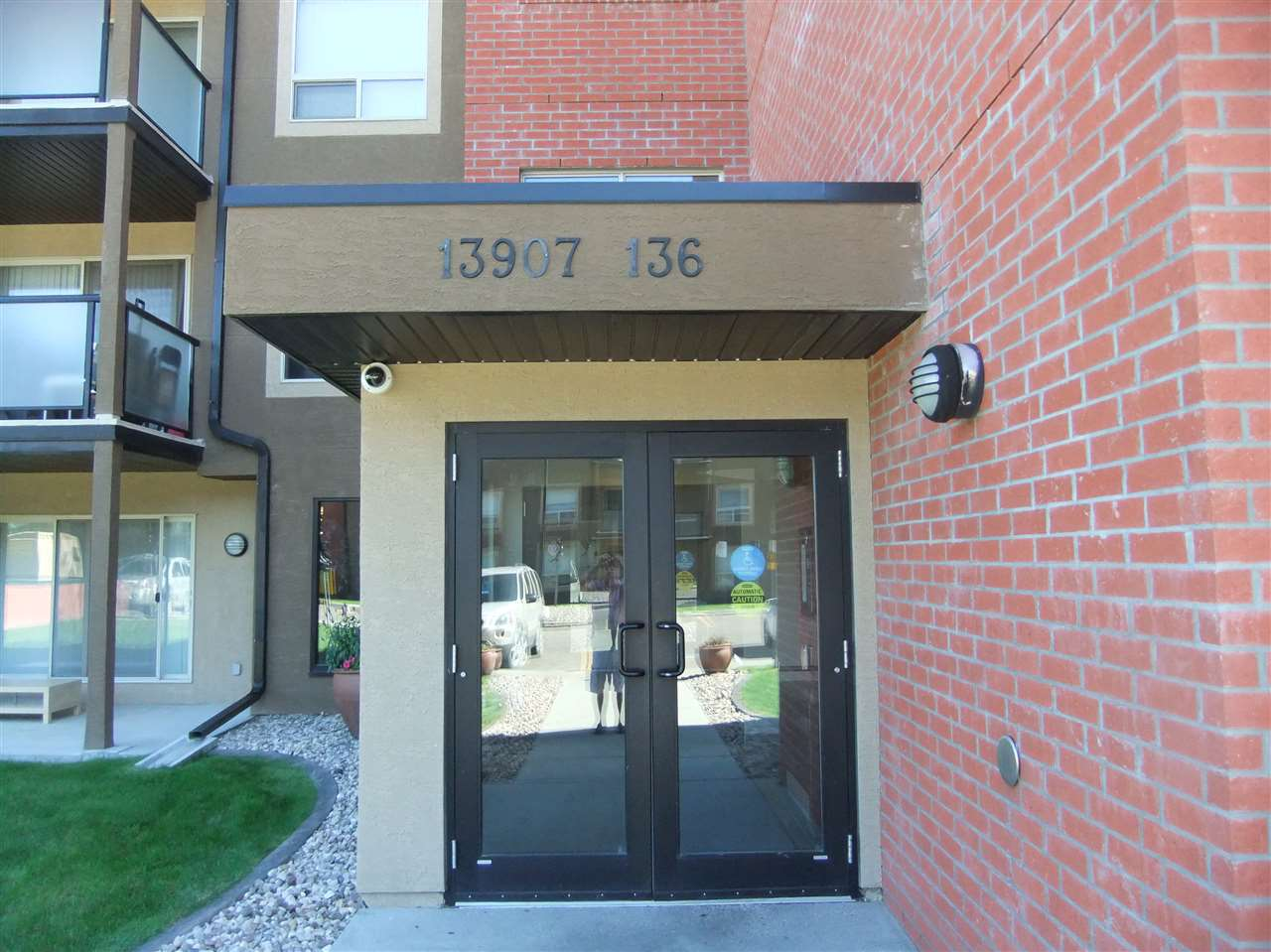 Approx 640 Sq ft 1 bedroom condo on 3rd floor with balcony in Hudson. 1 underground parking stall and storage unit. Car wash facility. Condo fee includes all utilities....asking $169.900, will look at offer.