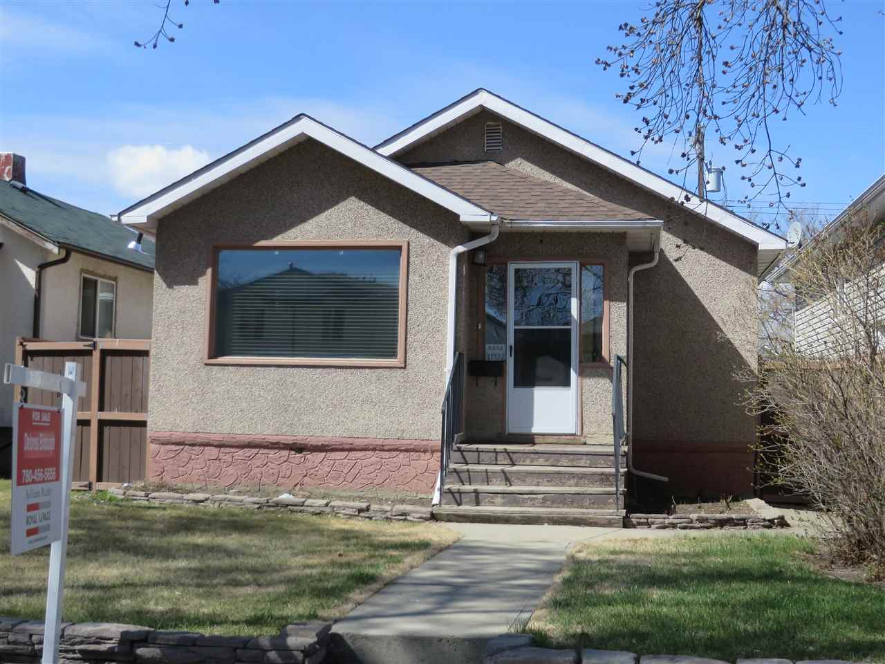COZY 2 BEDROOM BUNGALOW CLOSE TO ALL AMENITIES AND PRICED TO SELL. NEWER FLOOR COVERING, NEWER FURNACE, EXTRA DEN AND 3 PCE BATH DOWN, NEWER GARAGE WITH DOOR OPENER