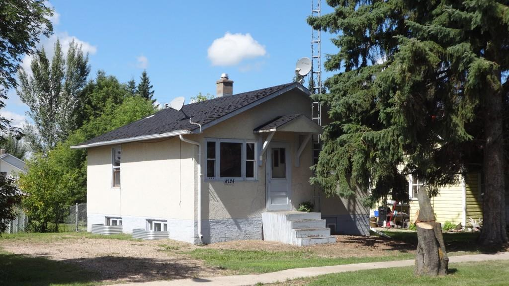 Lovely 3-bedroom (1 up/2 down) home in the beautiful Town of Smoky Lake. Large fenced lot.