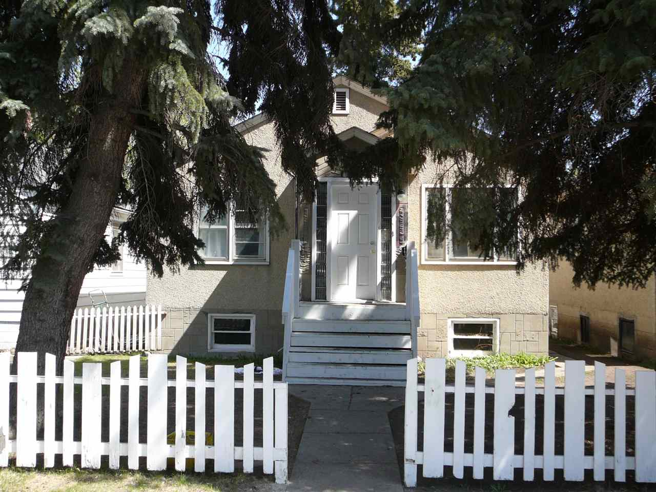 Investors or budget minded buyers wanted! This quaint house is located close to downtown and Northlands Park. Excellent shopping and transportation are in easy walking distance. This is one of 4 properties in a row which would home a nice multi-family development. Each lot is 33'x120', this site is 132'X120' or 15,840 s feet. These properties must be sold!