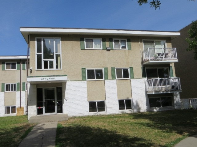 Investors, First Time Buyers! This 2 bedroom, updated 742 Sq Ft condo is ready for a new owner. Great access, situated within walking distance to the LRT, Commonwealth Stadium and all that downtown Edmonton has to offer. Professionally managed by Magnum York.