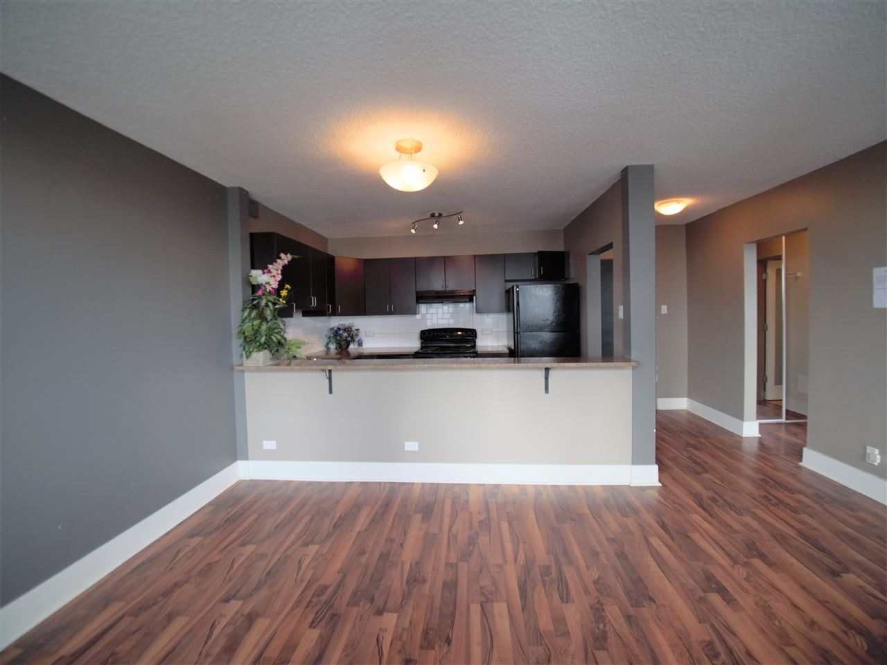 Near Downtown, Commonwealth Stadium and river valley. Top floor with 1 bedroom 1 bathroom unit and granite counters. Good size of master bedroom with large closet. The long balcony is good to relax anytime of day, also good for planters for the summer and enjoy the view of the river valley. This unit is a must to see the value.